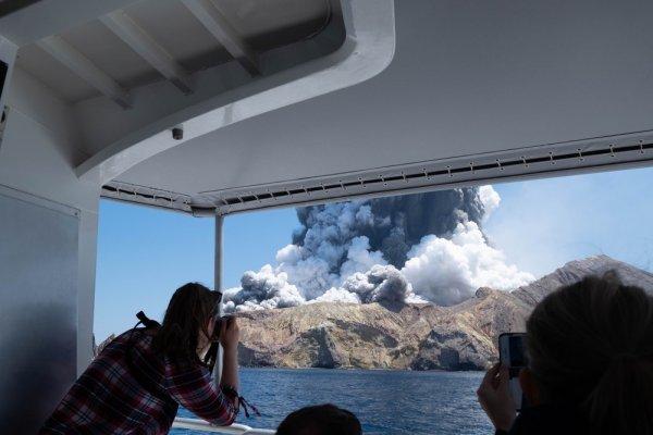 [Sobe para seis o número de mortos em erupção de vulcão na Nova Zelândia ]