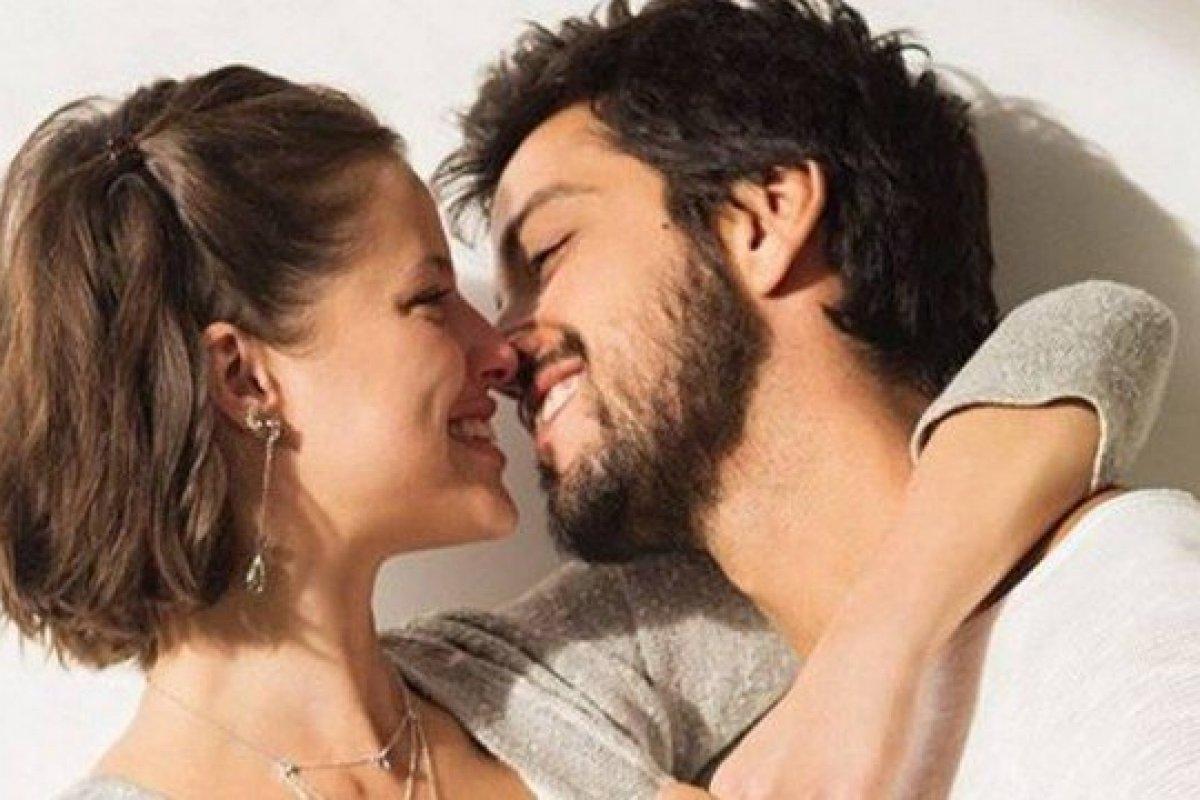 [Agatha Moreira e Rodrigo Simas estrelam campanha do Dia dos Namorados]