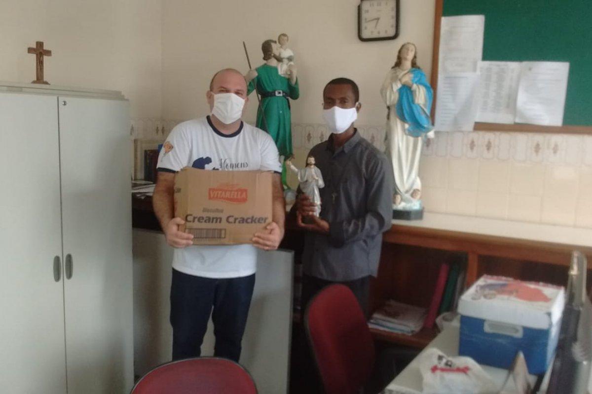 [Vitória e Devoção a São Francisco Xavier fazem doações às famílias que tiveram seus imóveis alagados no Parque São Cristóvão]