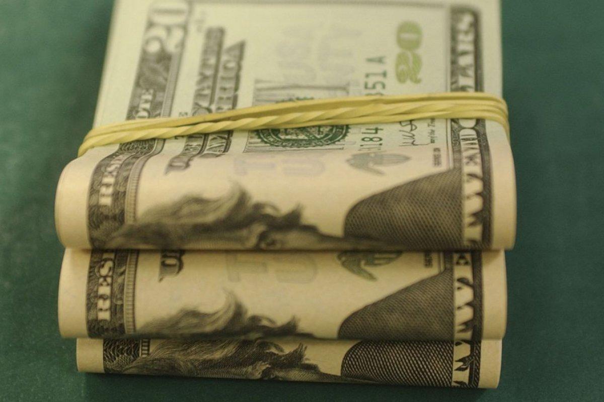 [Moeda americana encerra em alta 0,73%, vendida acima de R$ 5]