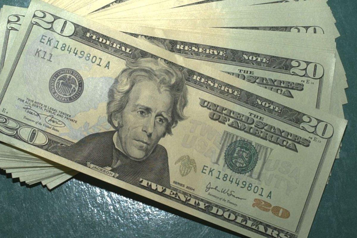 [Moeda norte-americana encerra em queda de 0,37%, cotada a R$ 5,61]
