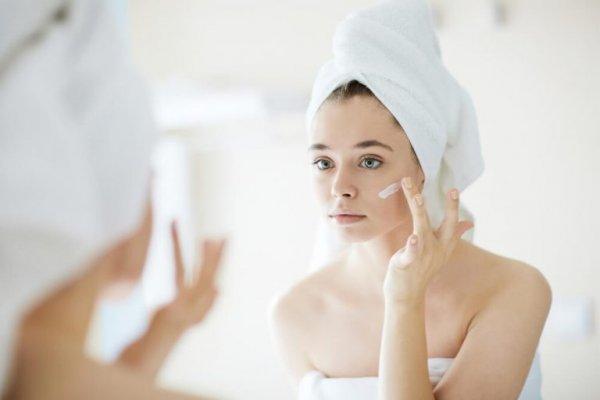 [Saiba como tratar a acne causada pelo uso de máscara de proteção]