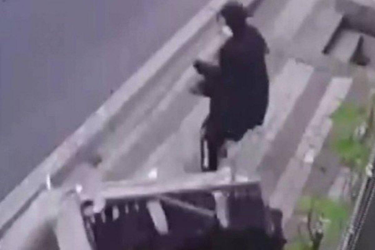 [Mulher quase é atingida por sofá na Turquia enquanto caminhava na calçada]