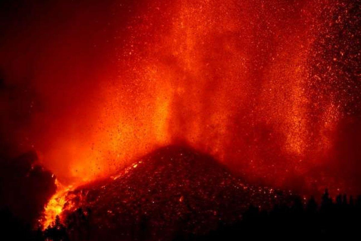 [Erupção de vulcão provoca fugas e destrói casas na ilha de La Palma ]