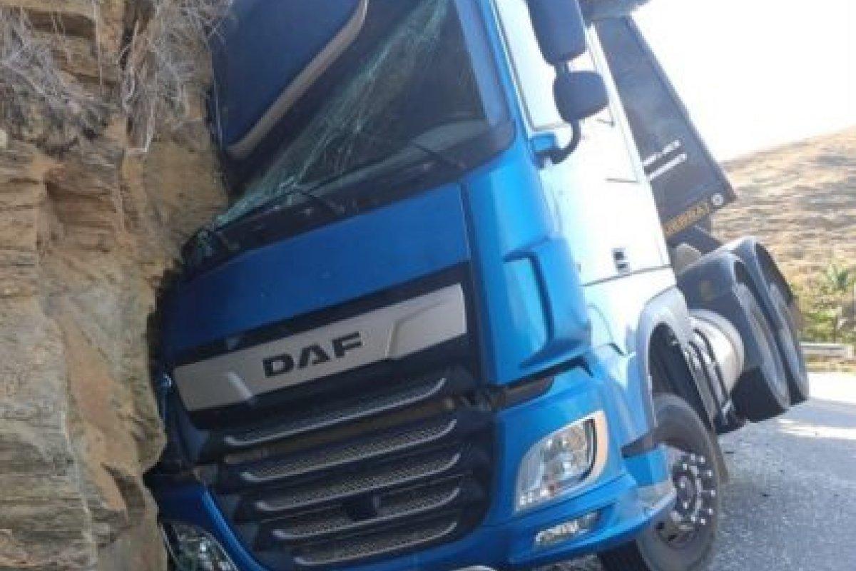 [Motorista bate carreta em barranco na Serra do Marçal, no sudoeste da Bahia]