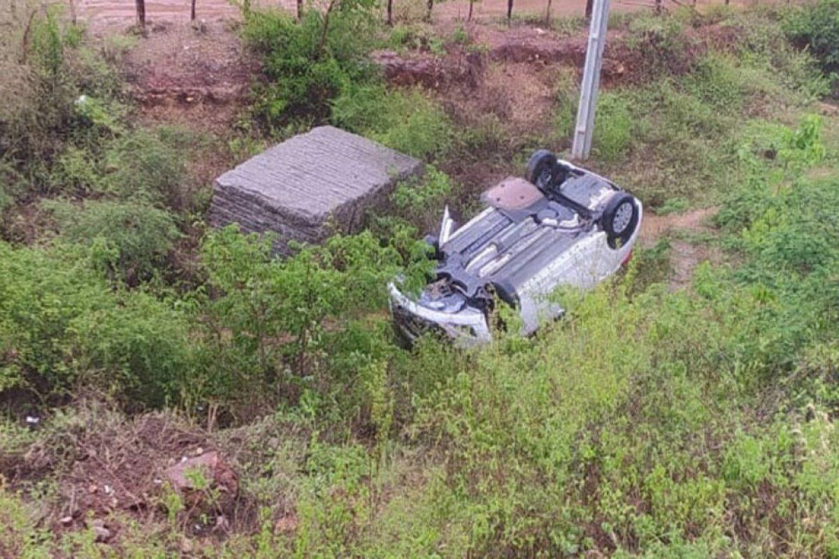 [Carro capota com quatro PMs às margens de rodovia no sudoeste da Bahia]